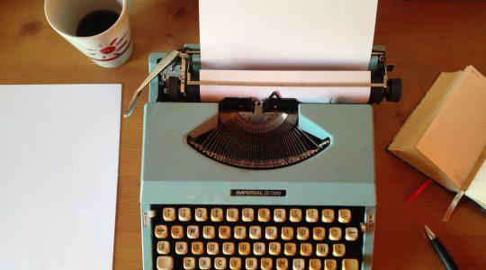 písací stroj na stole