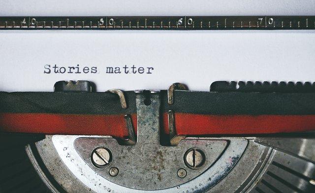 písací stroj a text
