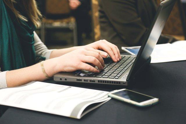 žena píše na počítači